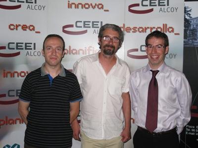 Ramón Martínez (centro) con dos técnicos del CEEI Alcoy