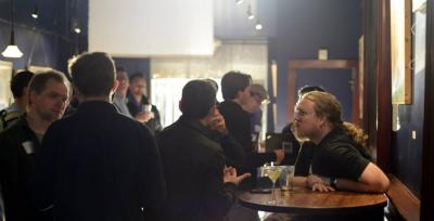 Jonathan Nelson, fundador de H/F  hablando con emprendedores en un bar de San Francisco