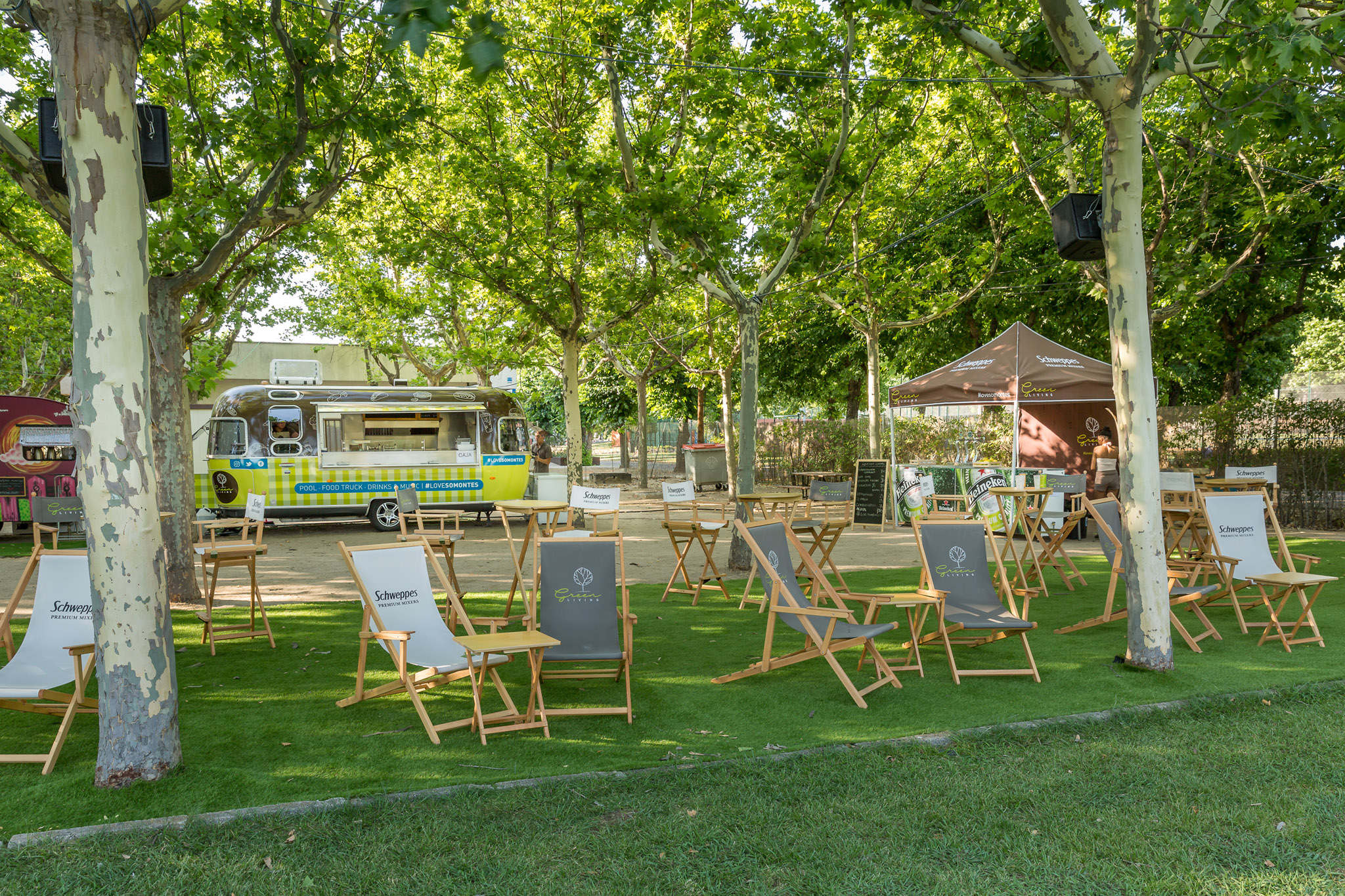 Zona chill out en la piscina del club deportivo somontes for Piscina somontes