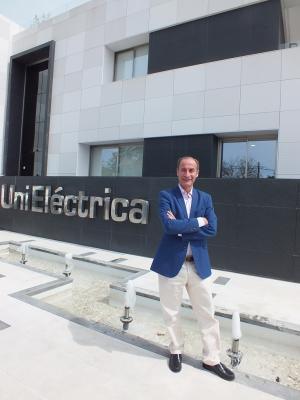 Diego Montes, ante la sede de UniEléctrica