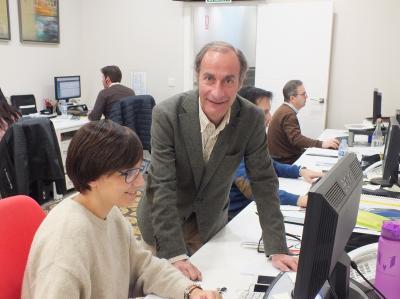 Diego Montes, director gerente de Unieléctrica, con técnicos de la empresa